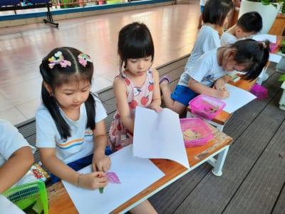 Em vẽ hoa lá trong vườn trường em