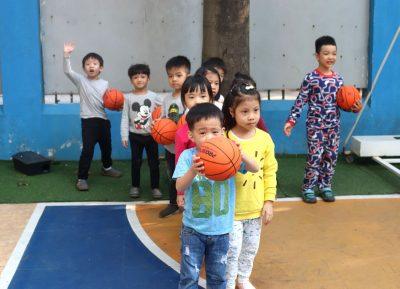 Cha Mẹ Thông Thái (số 10): Những lí do trẻ nhỏ nên chơi bóng rổ